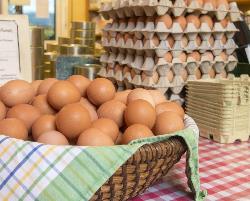 Paletten und Korb mit Eiern