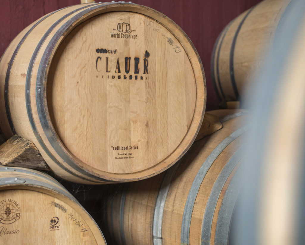 Holzfässer mit Branding Weingut Clauer