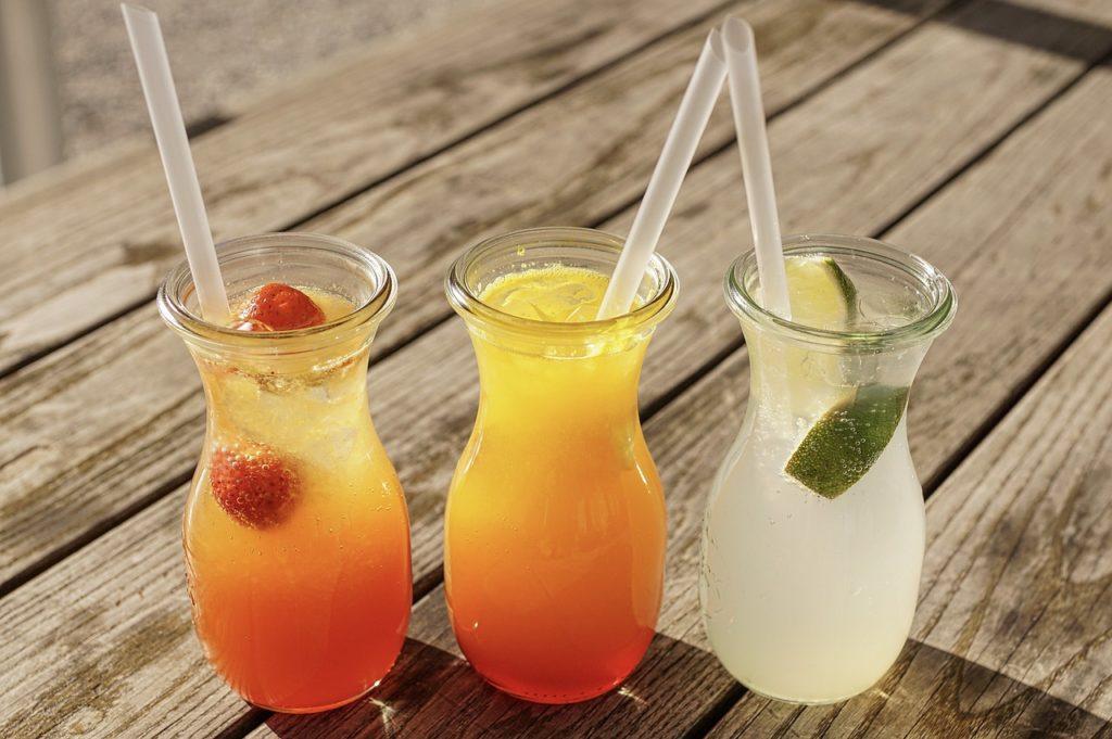 Drei verschiedene Limonaden im Glas