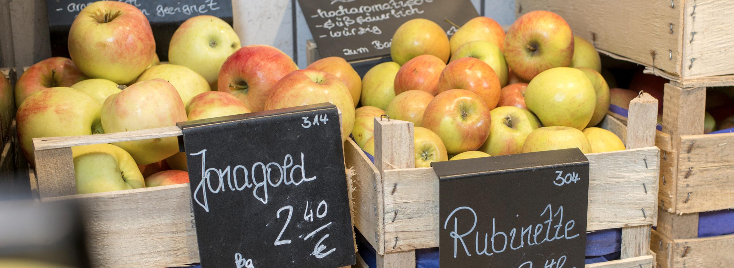 Holzkörbe mit Äpfeln