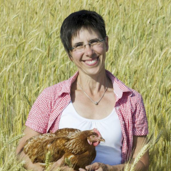 Frau Ochsenschläger im Feld mit Huhn