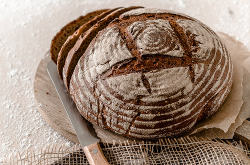 Kraichgau Korn Brot auf Brett mit Messer