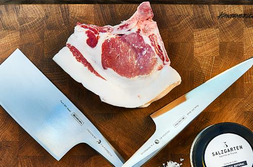 Berkshire Kotelett mit Messer und Salz auf Holzbrett