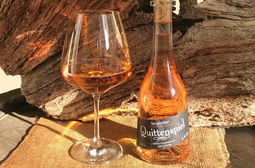 Glas und Flasche mit Quittenspiel von Quittenprojekt Bergstraße