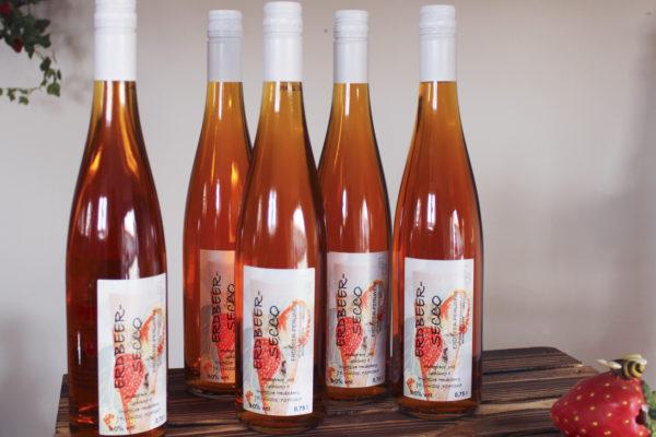 Flaschen Erdbeersecco Jost Landwirtschaft