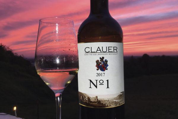 Flasche Premiumwein und Glas im Abendlich von Weingut Clauer